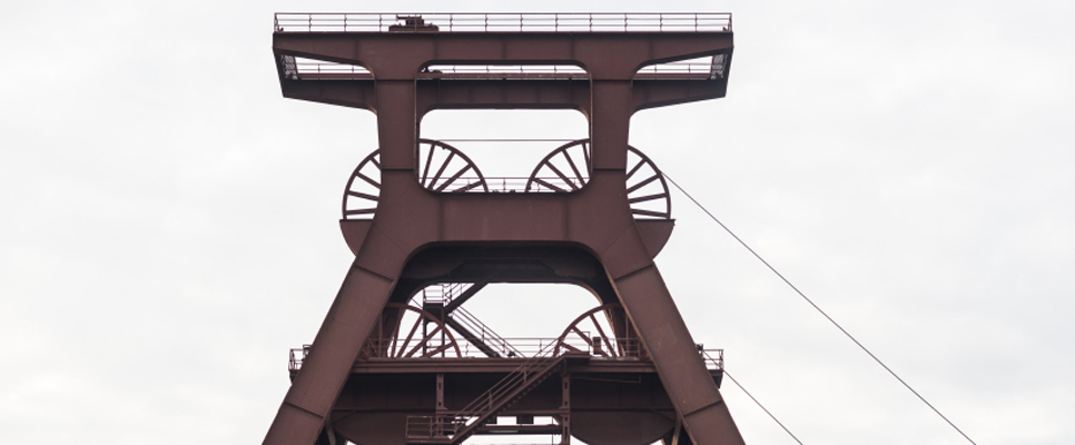 Fördertürme – wie auf der Zeche Zollern – prägen das Ruhrgebiet bis heute. Im 19. Jahrhundert zog die Region viele Arbeitskräfte an. Bildnachweis: istockphoto.com/AM-C
