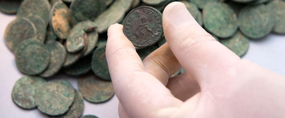 Die Münzen zeigen Porträts der Kaiser Konstantin und Maximian. Sie stammen vermutlich aus dem 3. oder 4. Jahrhundert. | © Consejería de Cultura/Junta de Andalucía