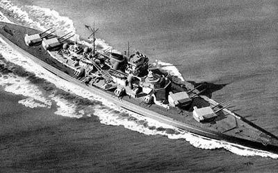 """Nazi-Schiff """"Tirpitz"""" im Nadelwald"""