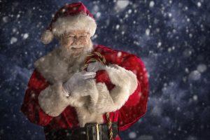 Nikolaus im roten Mantel und mit Zipfelmütze